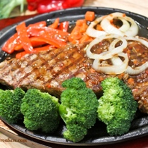 Sizzling Steak in Black Pepper Sauce (鐵板黑椒牛扒)
